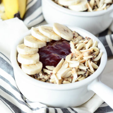 This PB&J Quinoa Bowl is the perfect healthy breakfast to get your week started on the right foot.